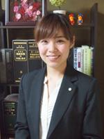 広島司法書士会 登録番号 第976号簡裁訴訟代理関係業務の認定 第1124008号[出身地] 広島県福山市[出身大学] 同志社大学 法学部[趣味] 映画鑑賞、ドライブ幼い頃から法律に興味があり、法学部に入りました。大学時代の講義で「市民に最も身近な法律家は司法書士である」と教えられたことがきっかけです。今もその言葉を胸に、依頼者との対話を大切にして仕事をしています。